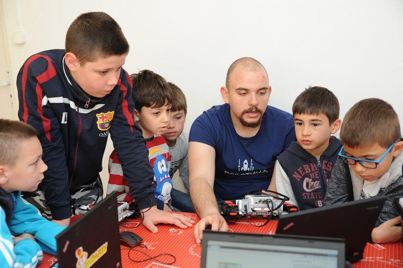 Обявиха 200 места за обучение по роботика и програмиране за деца