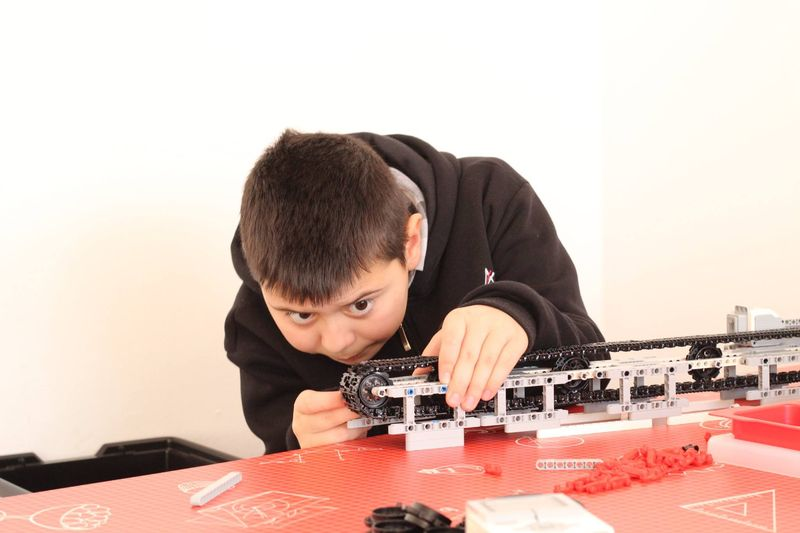 Джуниър Ачийвмънт организира есенна академия по роботика за деца